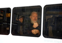 Images_155962_thumb_julian-assange-fue-esposado-durante