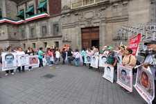 Images_167639_thumb_padres-normalistas-ayotzinapa-llegan-palacio