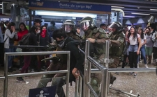 Images_169403_thumb_carabineros-chile-reprimieron-manifestantes-instalaciones_0_1_958_595